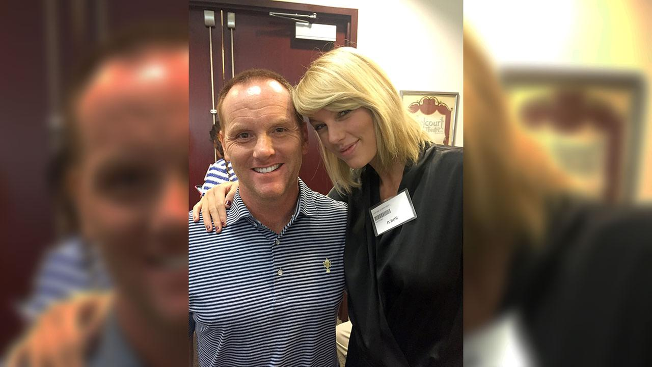 Potential juror pop star Taylor Swift, right, poses for a photo with Bryan Merville in a courthouse waiting area in Nashville, TN, Monday, Aug. 29, 2016.