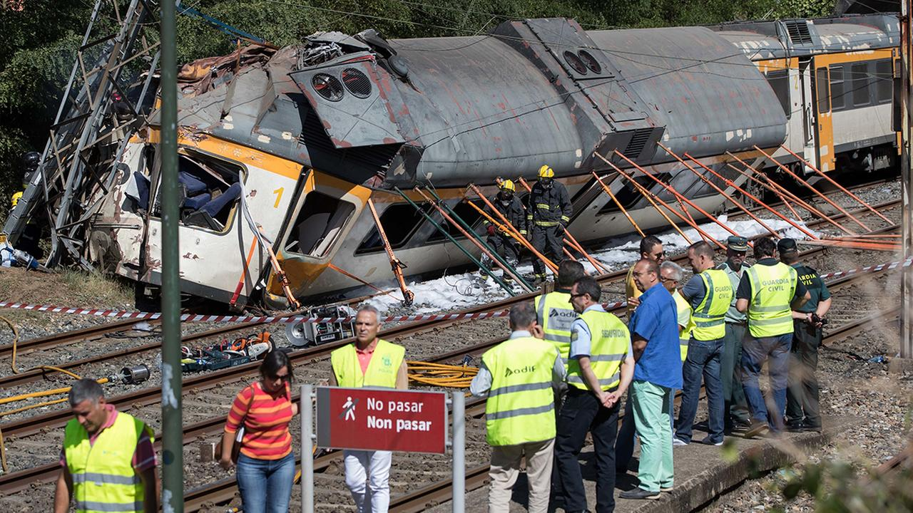 A passenger train traveling from Vigo to Porto, in neighboring Portugal, derailed in O Porrino, Spain
