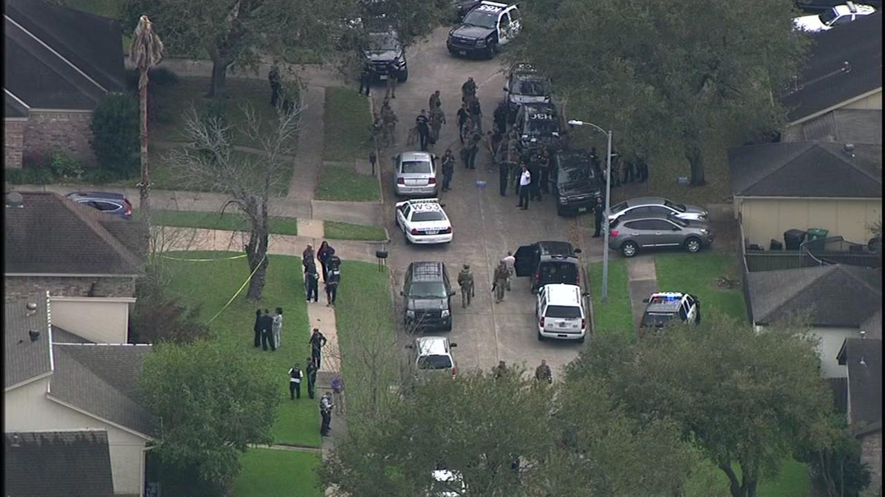 Manhunt underway in Houston after shootout that injured 2 officers, killed 1 suspect