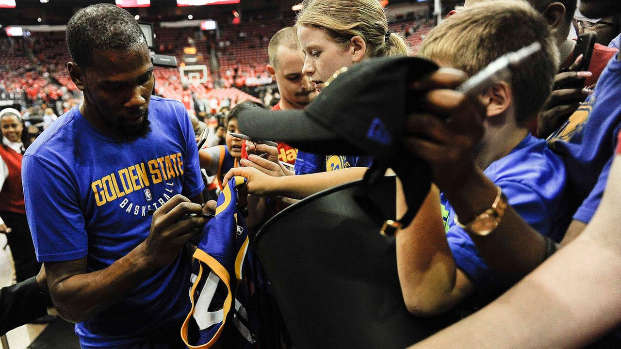 Kevin Durant signs autographs