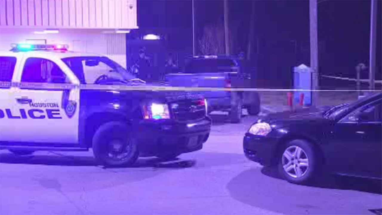 A robbery suspect was injured after an off-duty opened fire on several suspects at a gas station.