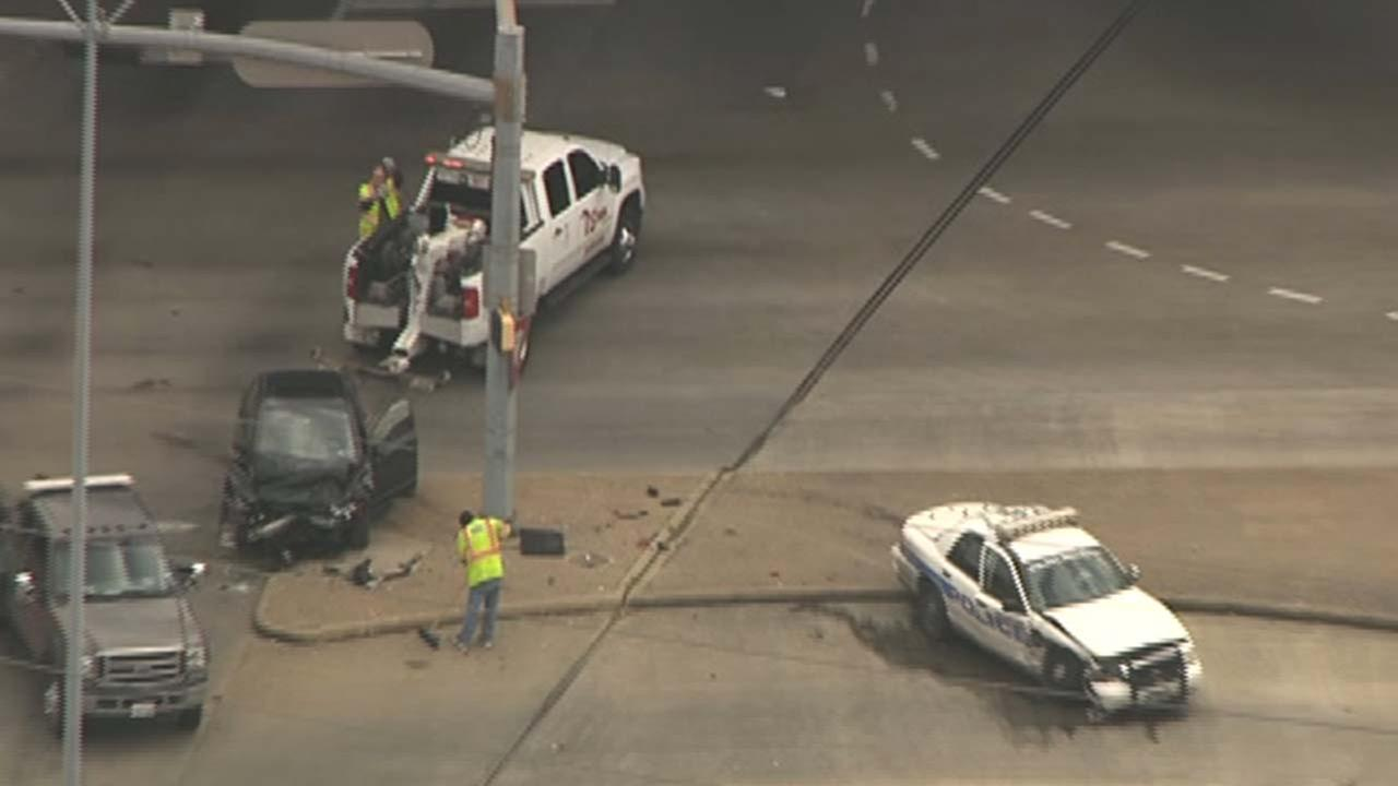 Houston police officer hurt in North Freeway crash