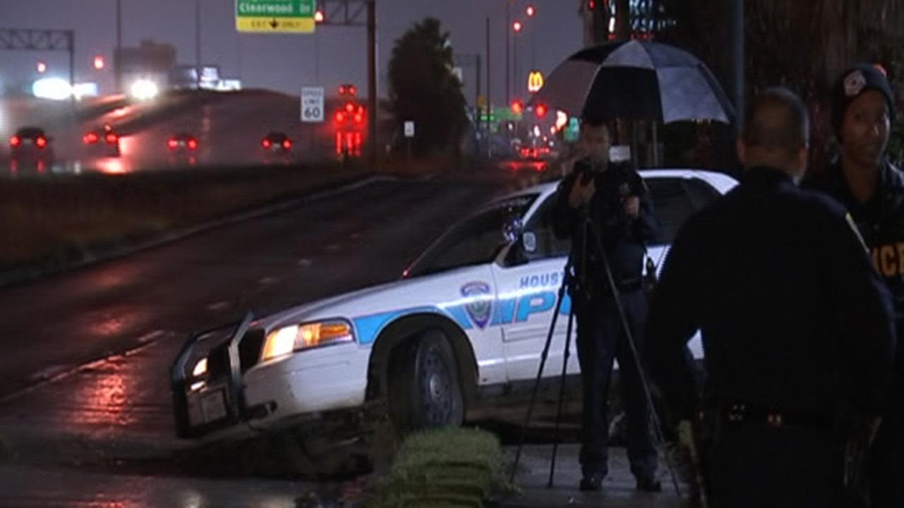 Houston police officer crashes into tree