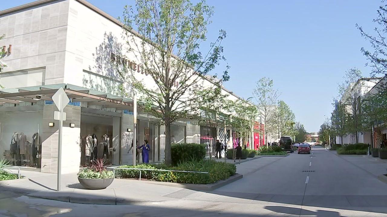 New luxury shopping center opens up in River Oaks area