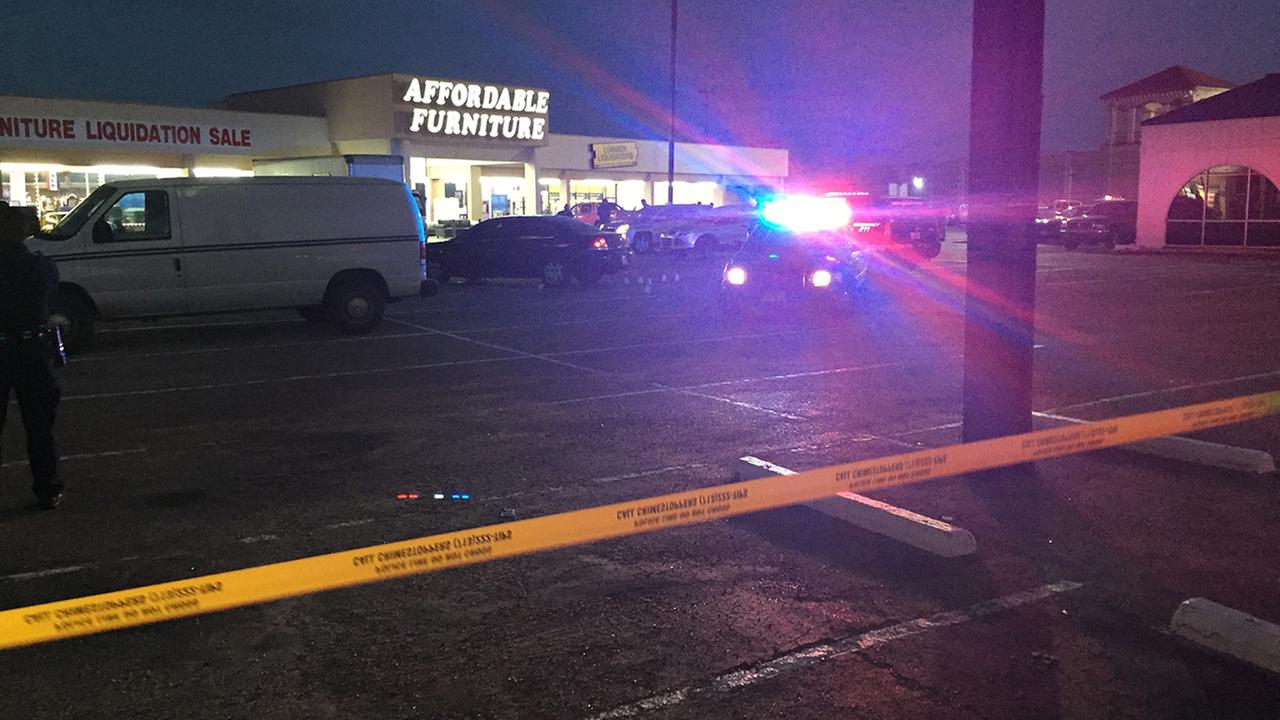 Houston police fatally shoot 2 suspects at furniture store