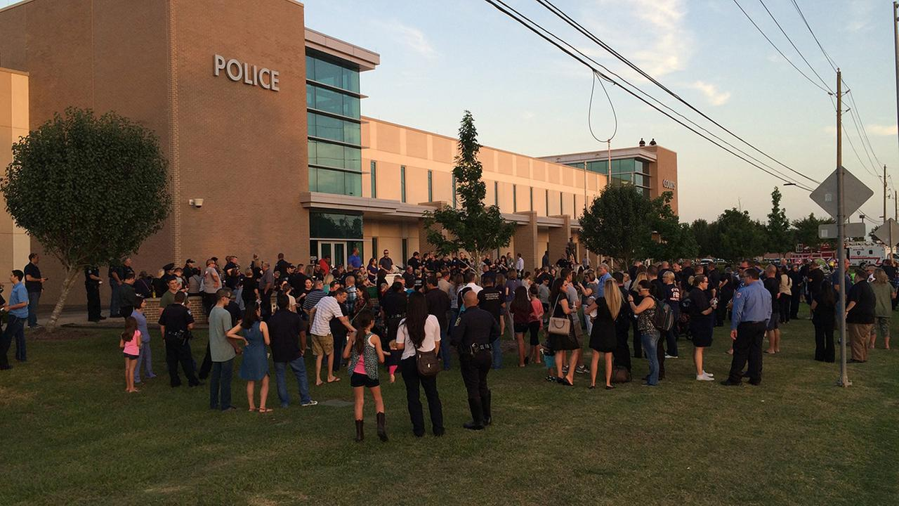 Dozens gather outside Pearland PD to remember officer killed in crash