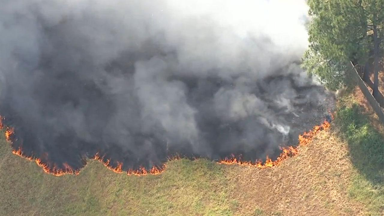 Firefighters contain grass fire moments before it spreads to backyards in NW Harris County