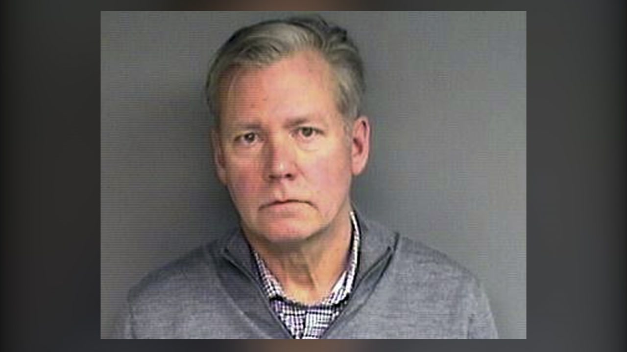 Chris Hansen, former host of To Catch a Predator, turns himself in for hot check.
