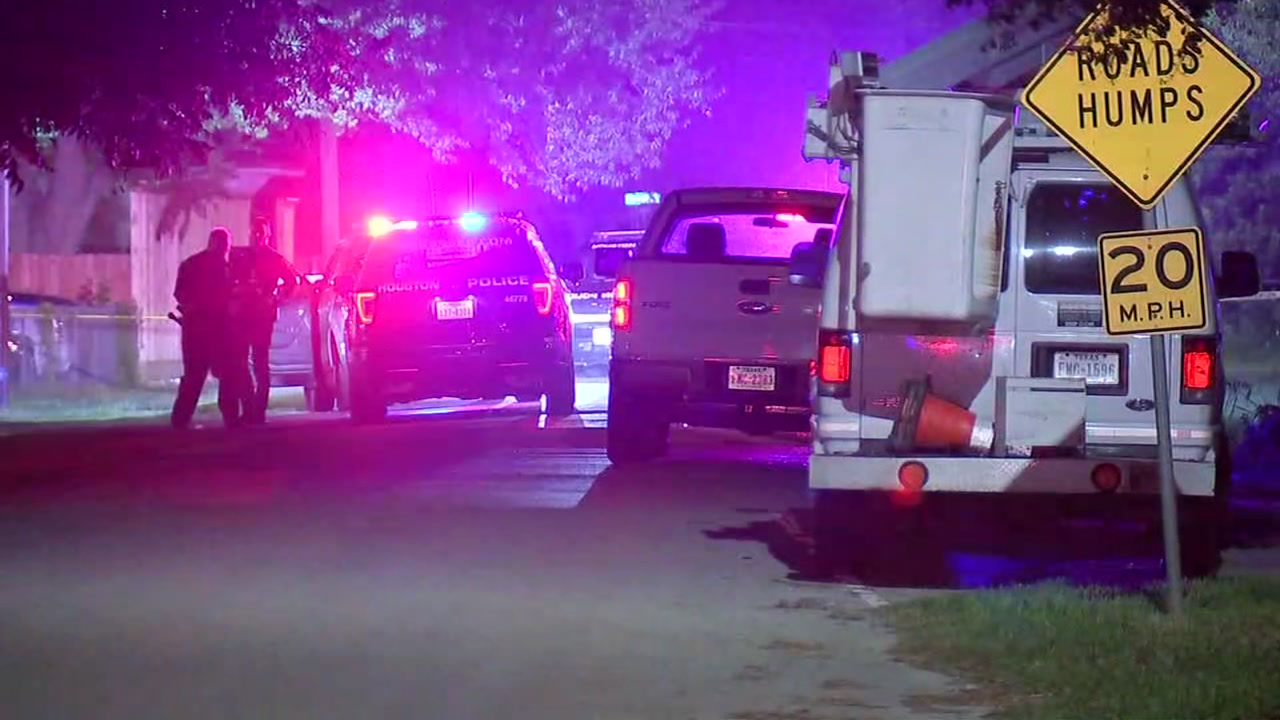 Cable man gets in shootout with suspected robbers in north Houston