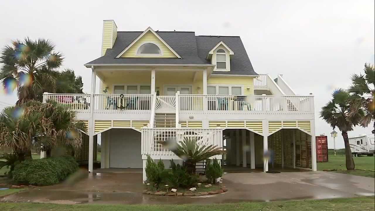 ABC13s Christine Dobbyn reports from Gilchrist where the yellow home that withstood Hurricane Ike is still standing to this day.