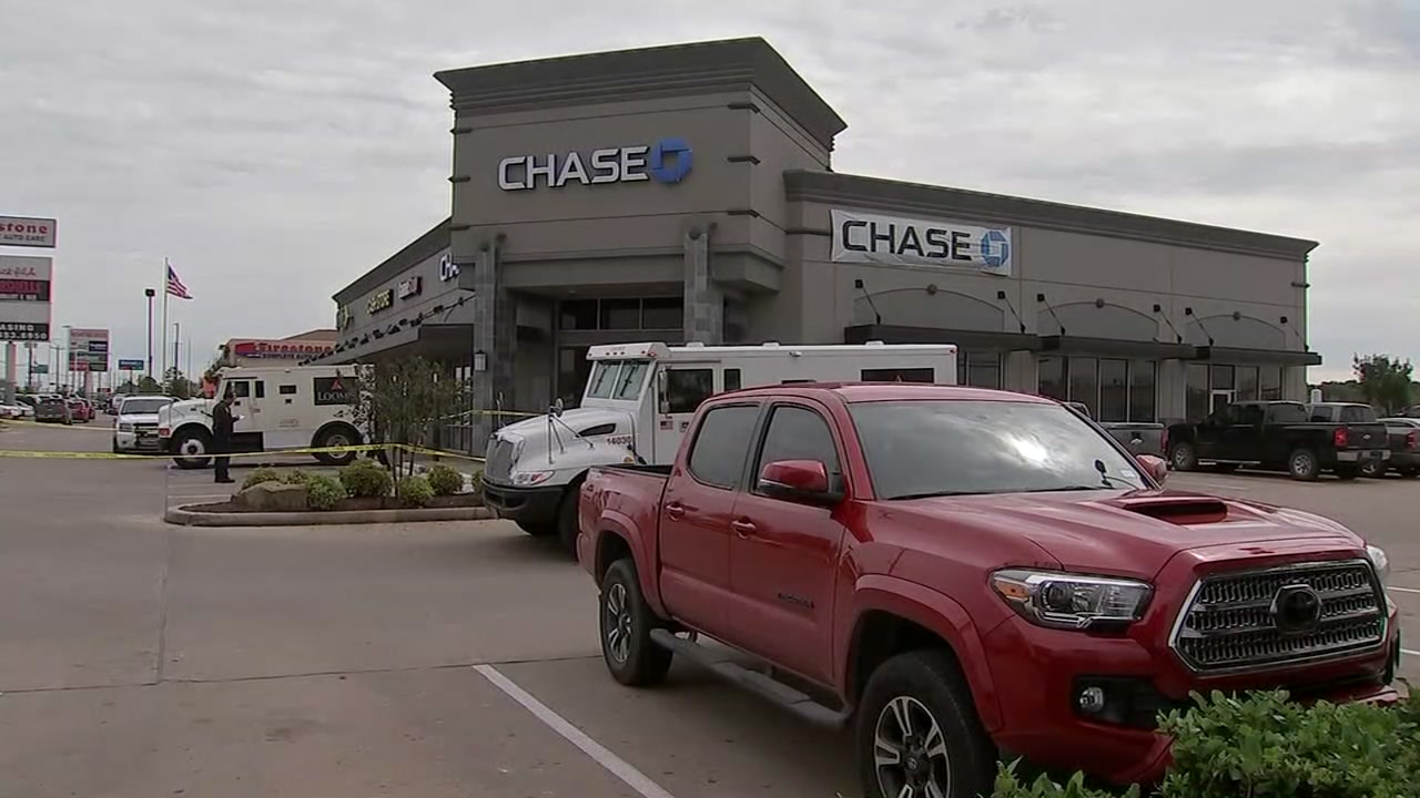 Armored car employees pepper sprayed during robbery at Chase Bank in Harris Co., authorities say