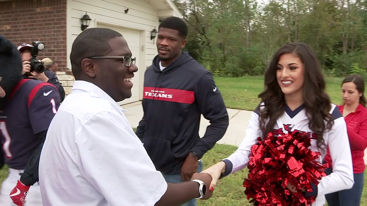 Texans great Andre Johnson helps welcome family to new home