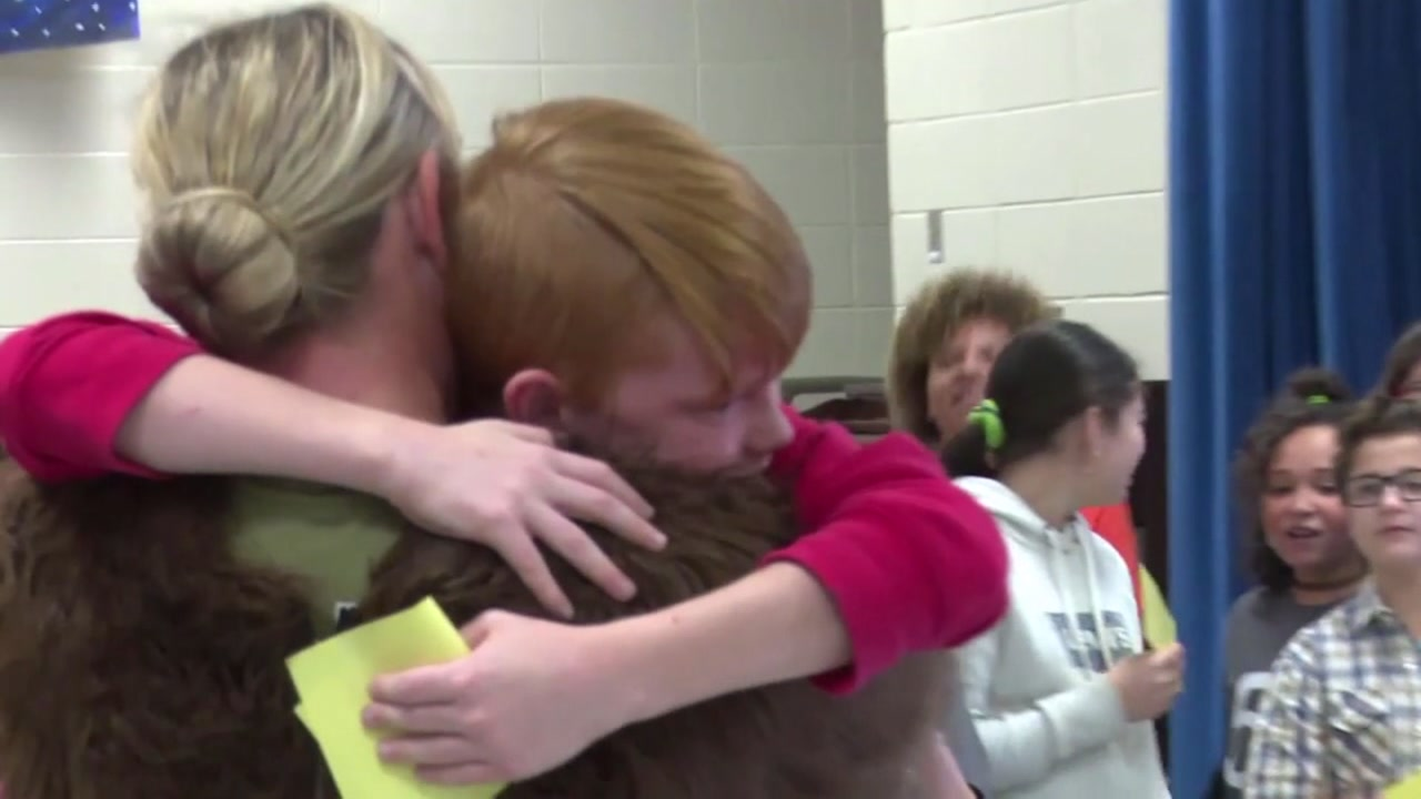 Army mom surprises her 5th grader during class project