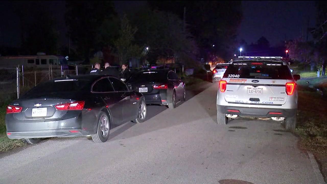 Man found dead in a neighborhood in East Harris County