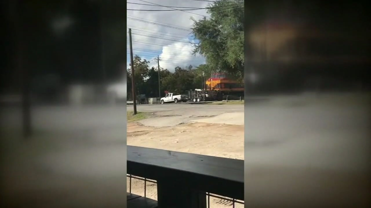 Witness captures moment freight train wipes out trailer in Bellaire