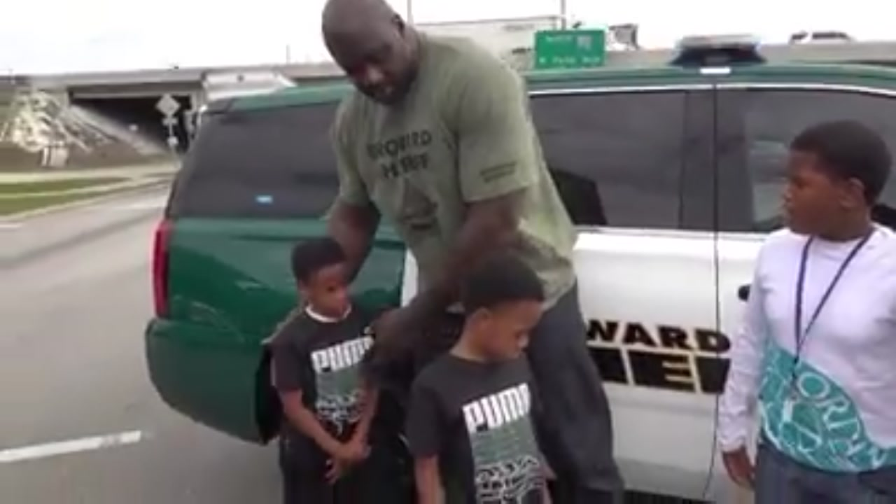 Shaquille O Neal helps comfort kids involved in car crash