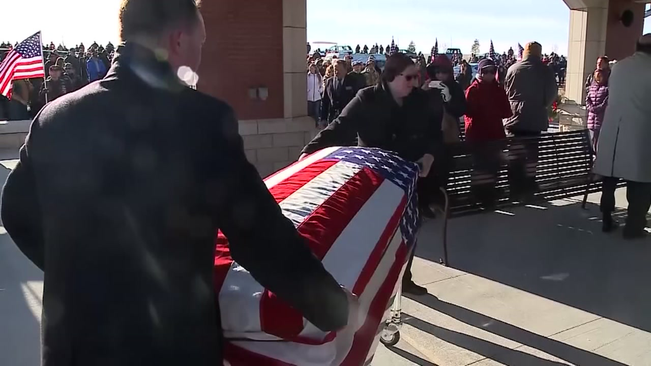 Hundreds of strangers attend veterans funeral