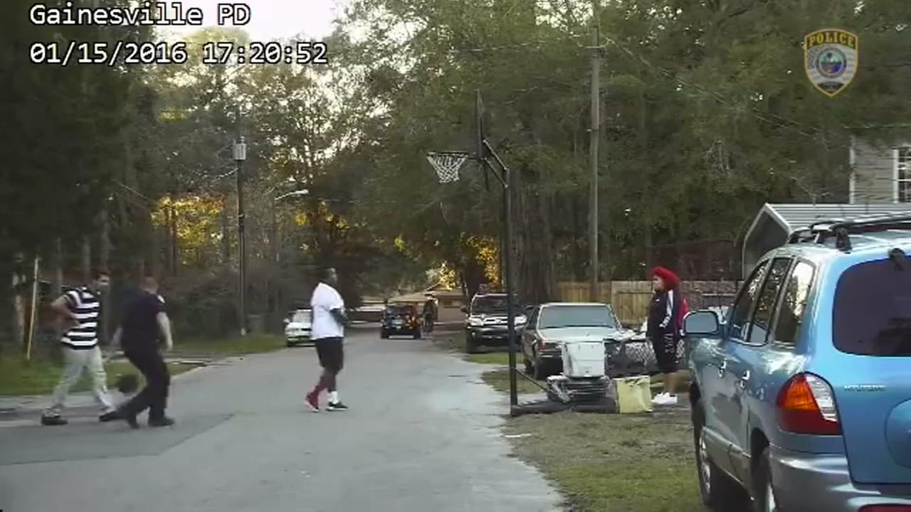 Officer plays basketball with kids