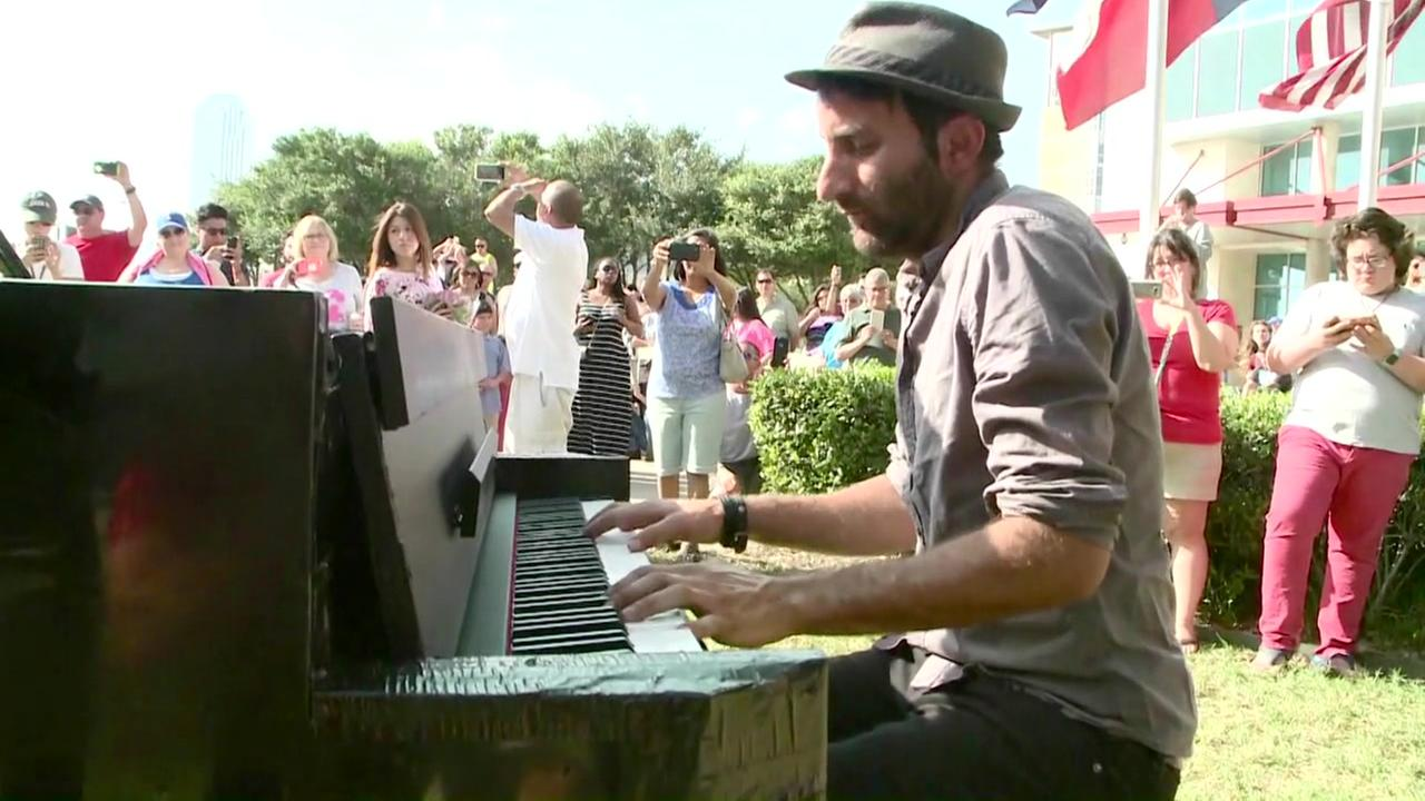 Man plays piano for grieving Dallas