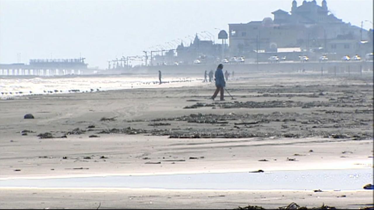 Beachcomber in Galveston finds foreign coins believed stolen