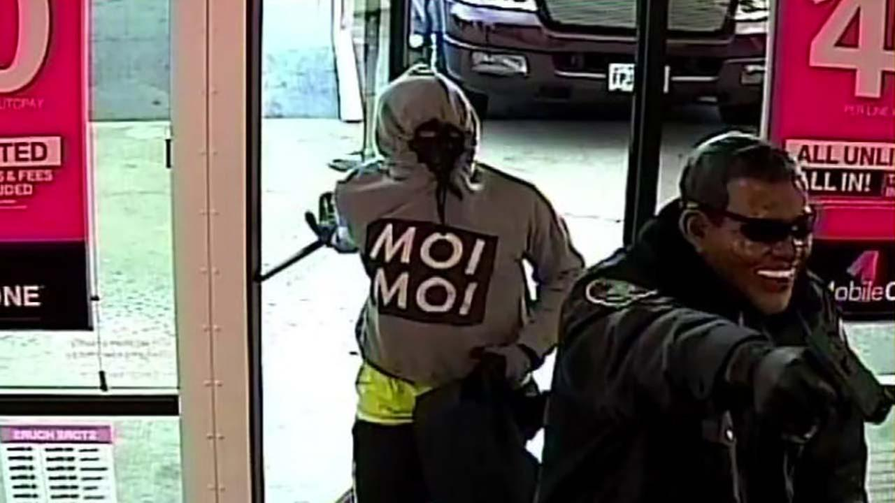 Robbers swarm T-Mobile store in northwest Houston
