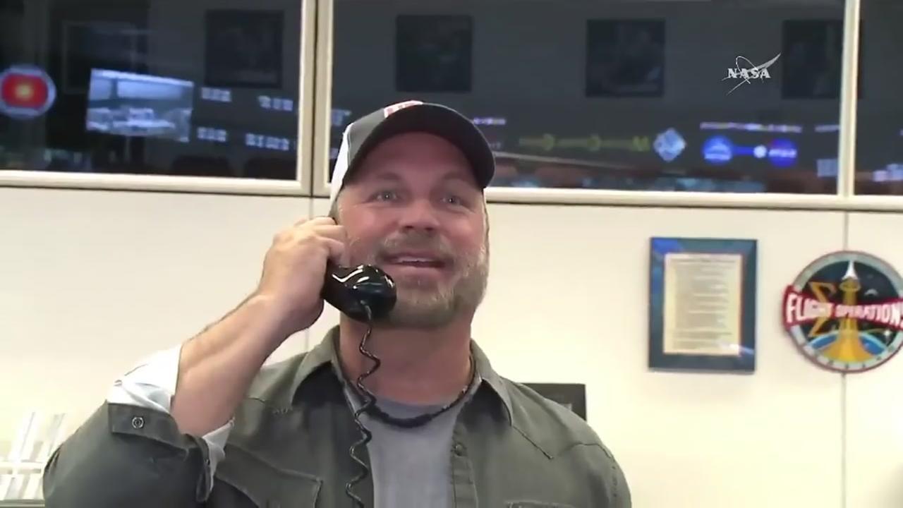 Country star Garth Brooks makes a visit to NASA