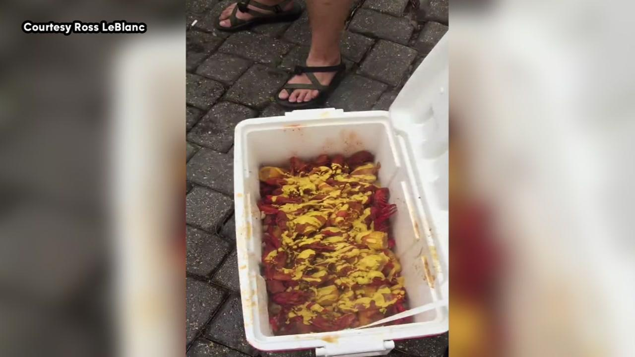 Watch out now! Mississippi man puts mustard on his crawfish