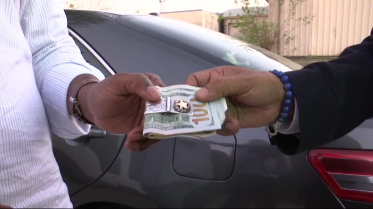 Uber driver returns $700 in cash to passenger