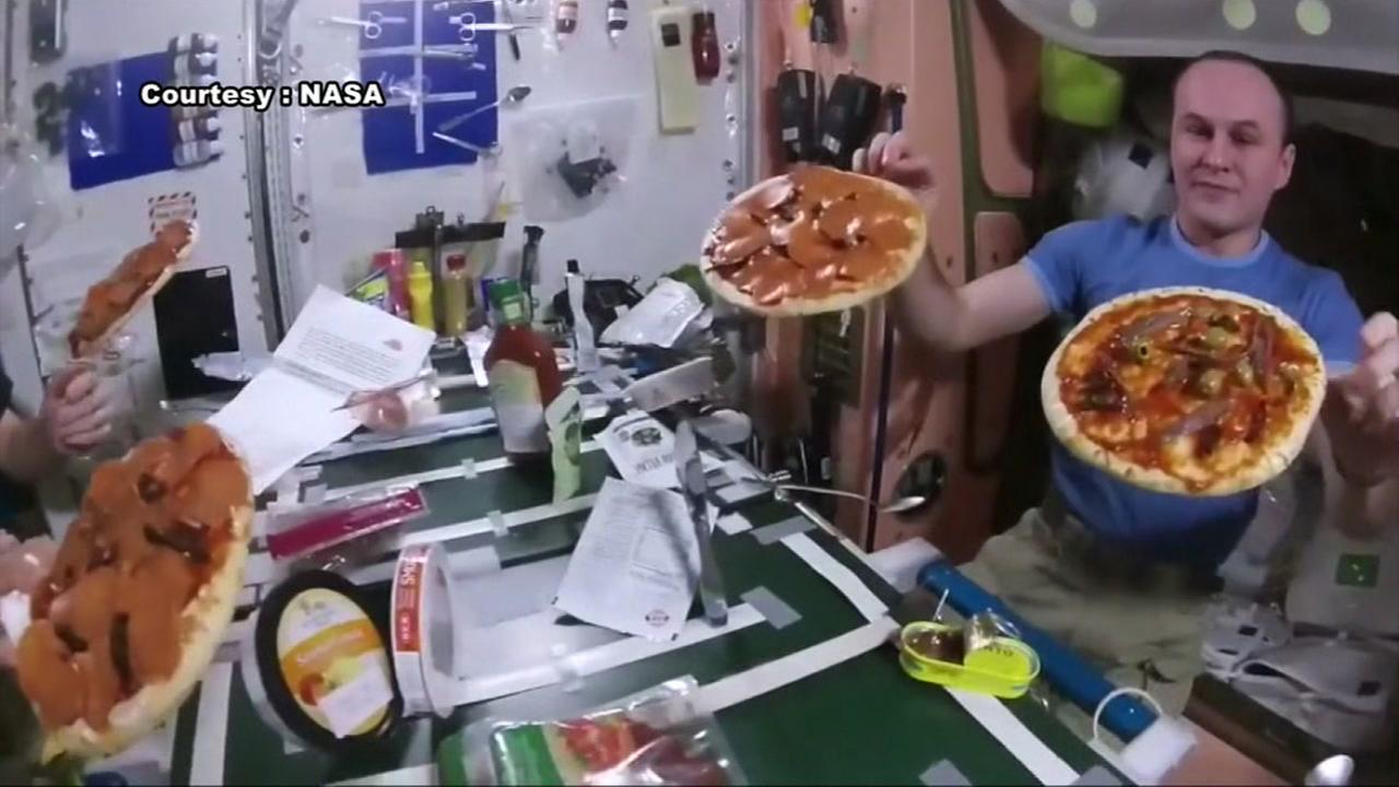 Astronauts make pizza