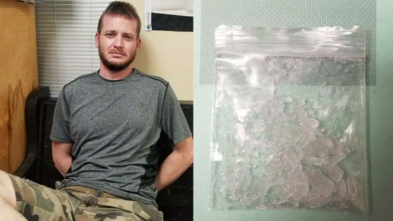 Man goes to police station to help friend, arrested after pulling out drugs