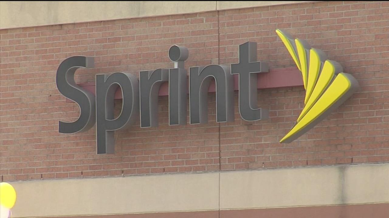 Woman: Cell phone store visit led to ID theft