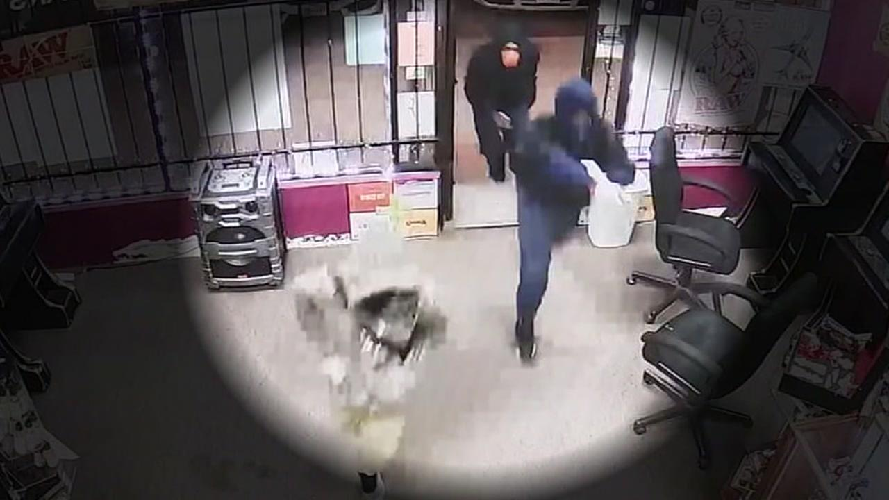 3 robbers storm NW Houston smoke shop, threaten worker and customer
