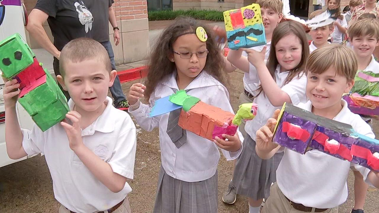 Kids get ready for Art Car Parade