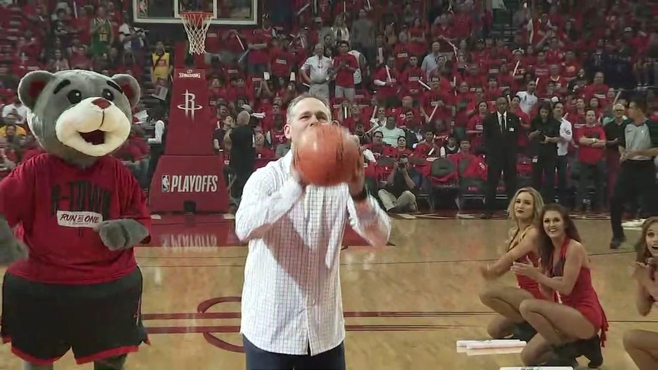 Former Astros Hall of Famer Craig Biggio takes First Shot before Rockets-Jazz game