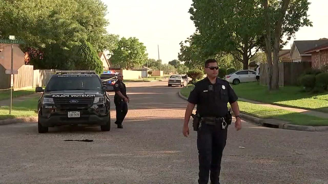 Teen shot at bus stop in SW Houston