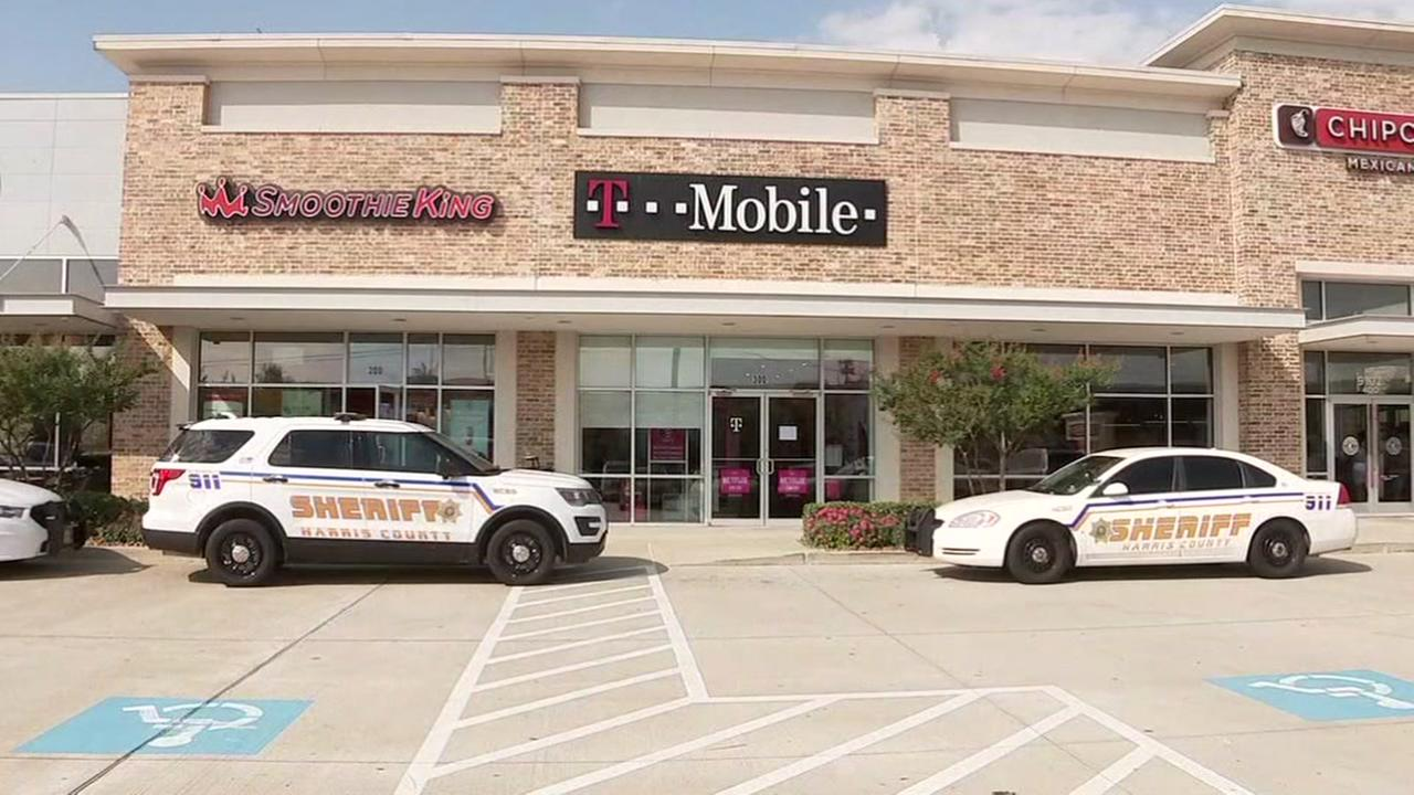 Suspects in custody after robbing T-Mobile store