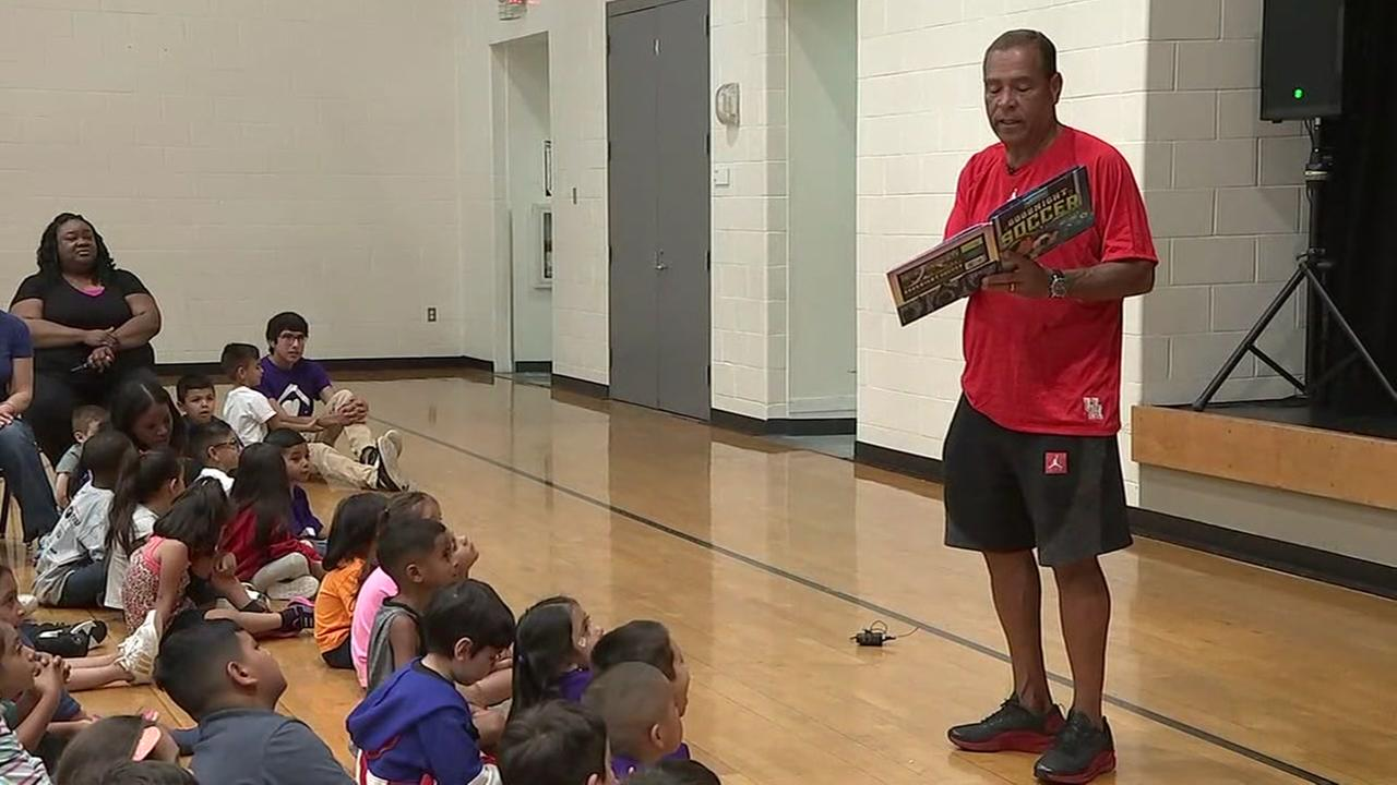 Kelvin Sampson reads to kids at Ripley House Neighborhood Center