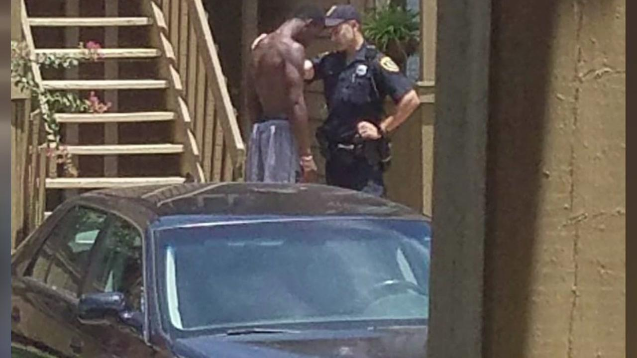 Houston police officer prays with man after responding to dispute at SW Houston apartments