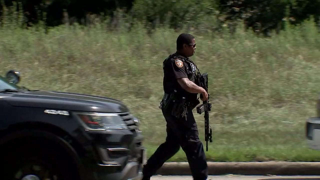 Shootout between robbery suspects and Harris County deputies