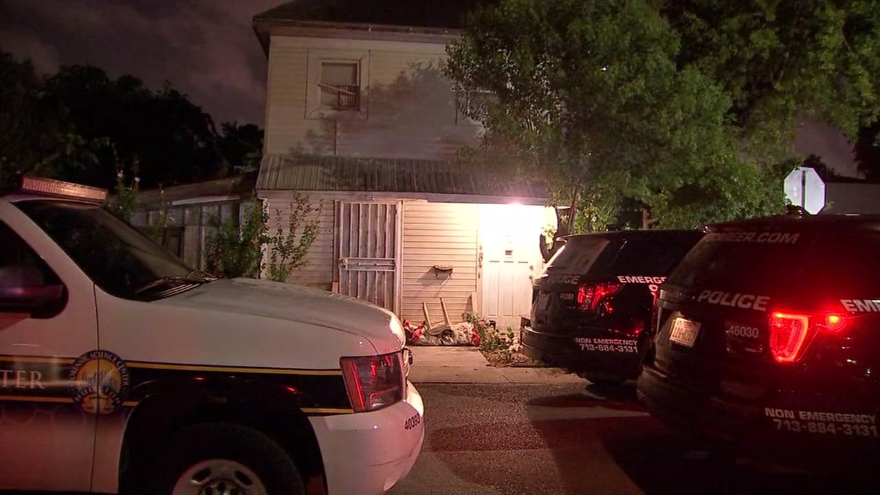 Police investigate the shooting of 2 people in SE Houston