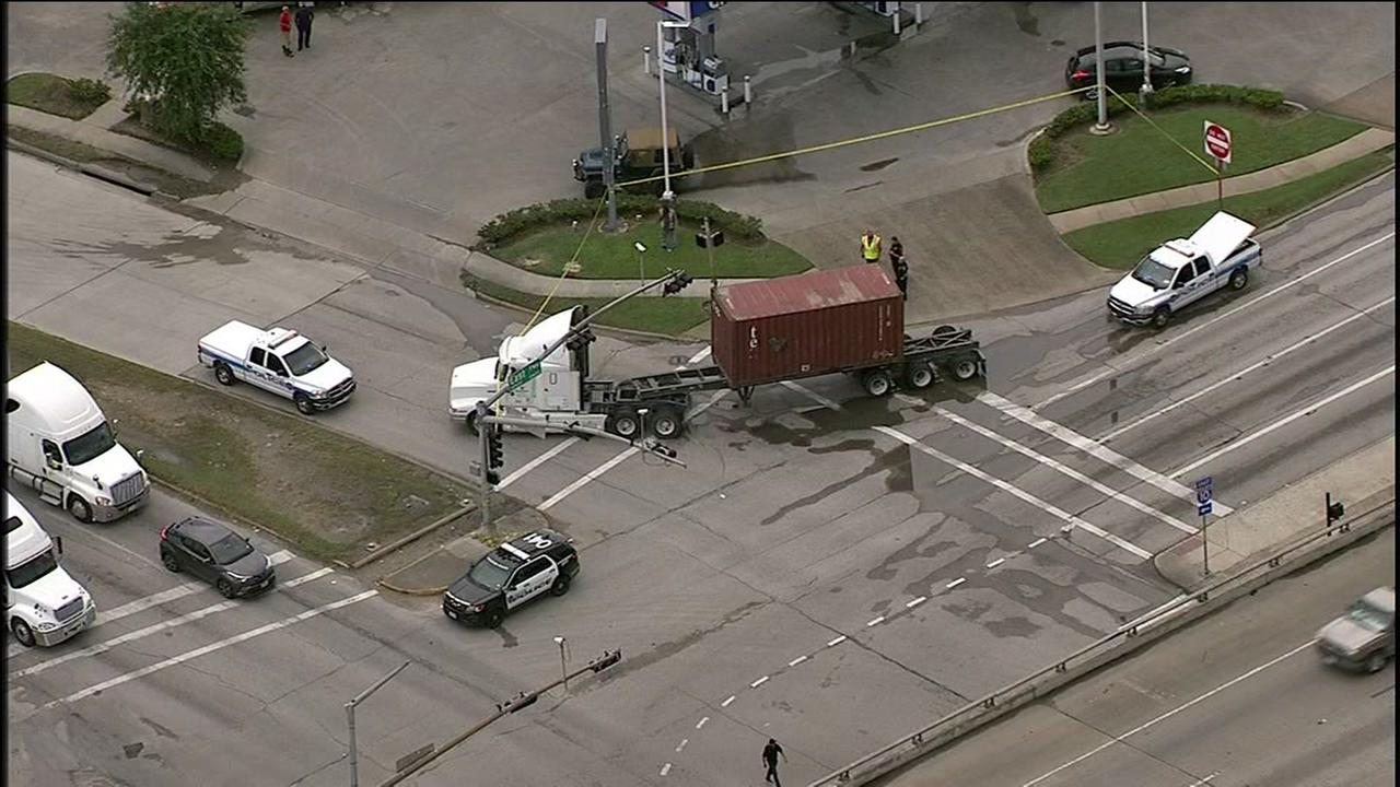 Man in wheelchair hit by an 18-wheeler in east Houston, police say