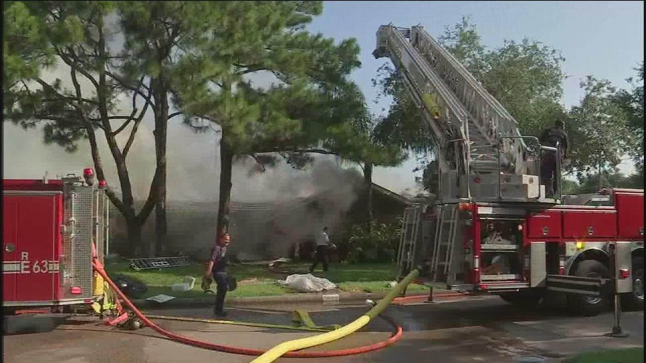 Massive fire destroys SW Houston home
