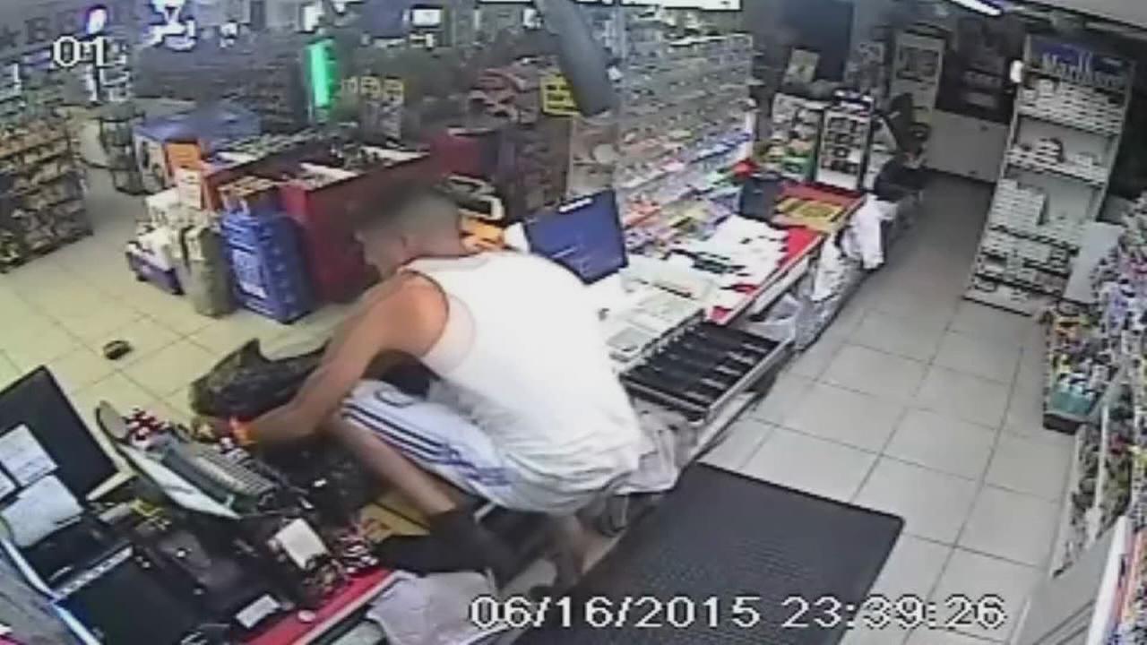 Thief breaks into Sugar Land store