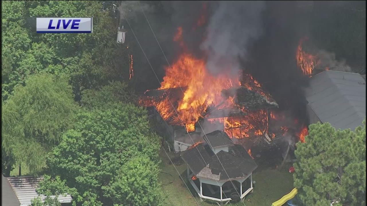 Fire engulfs SE Houston home