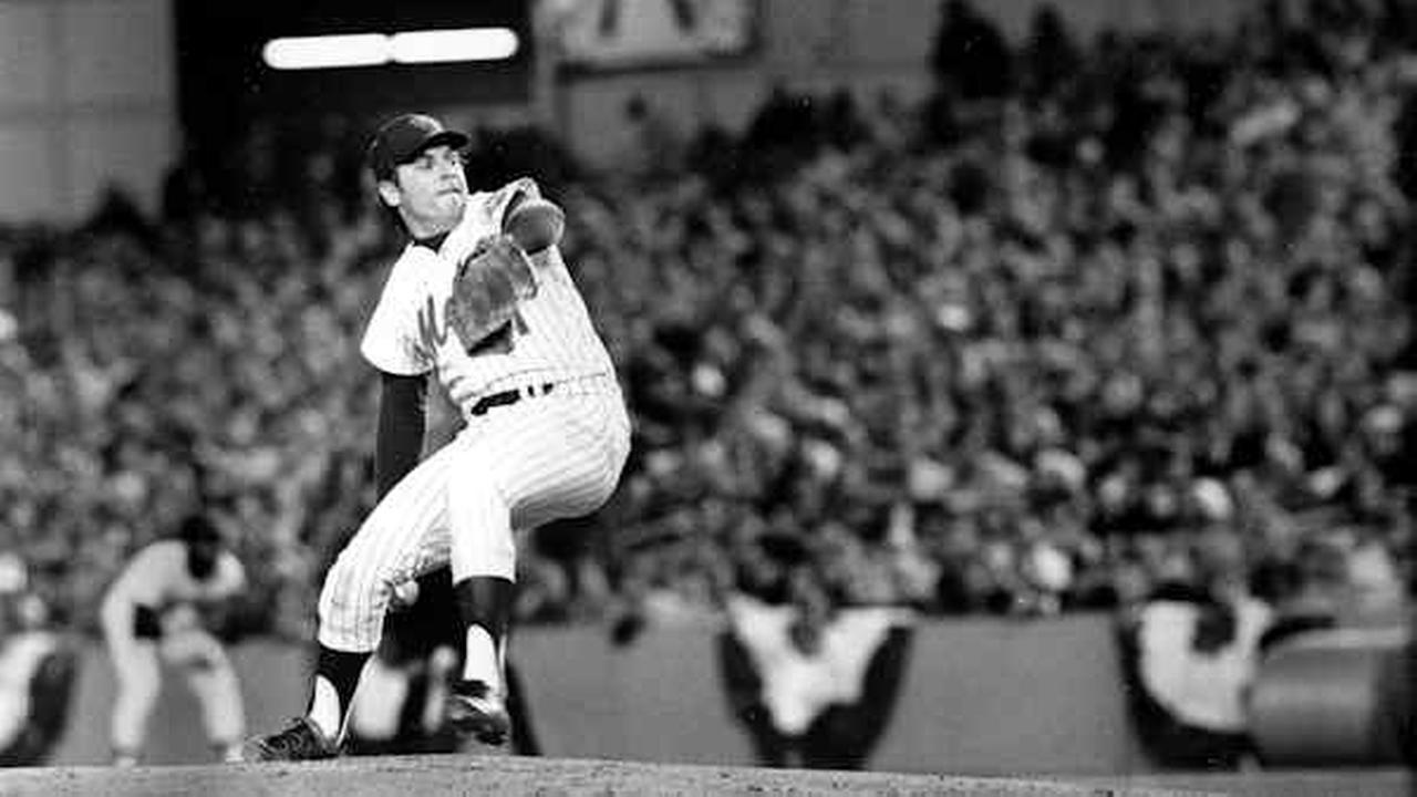 New York Mets pitcher Tom Seaver winds up during first inning