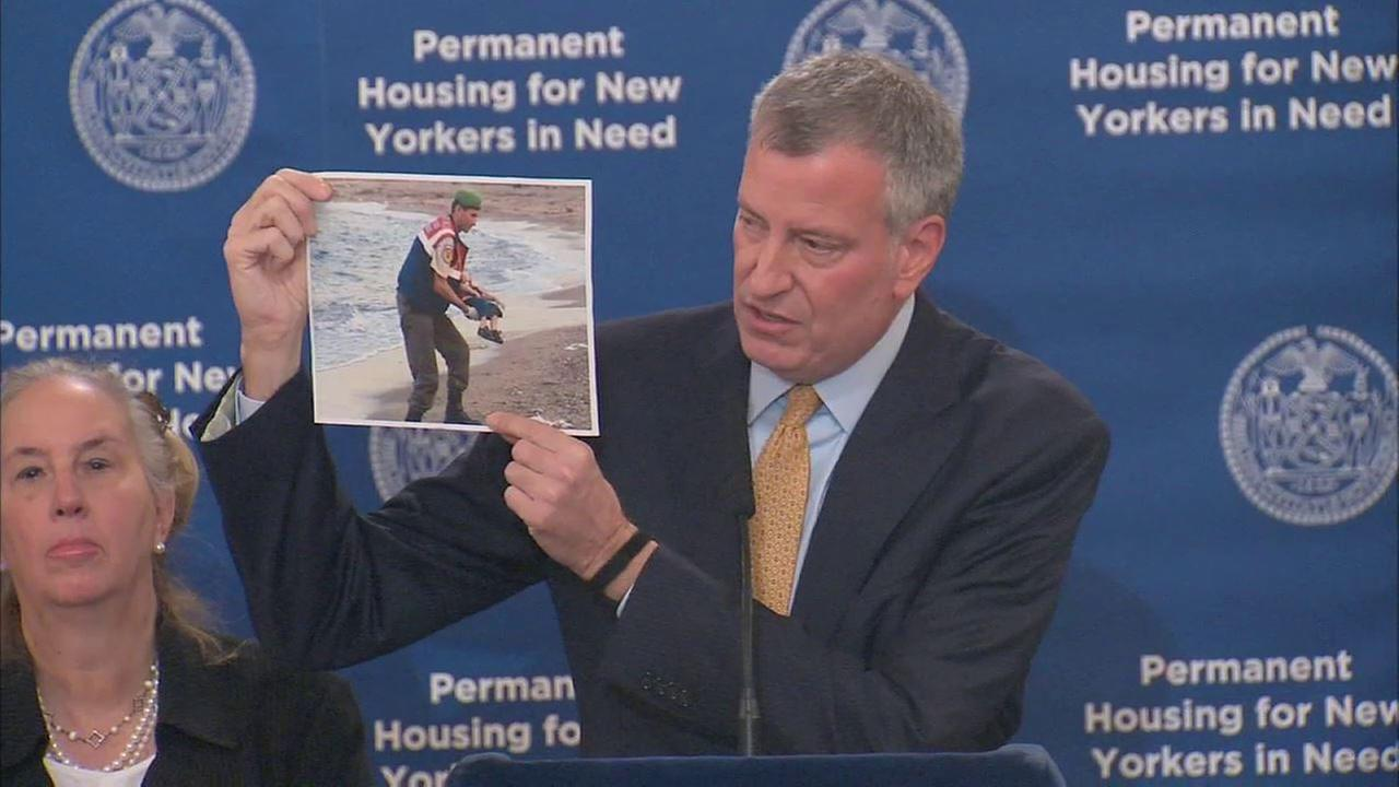 De Blasio blasts Christie on Syrian refugees; holds photo of dead boy to make his point
