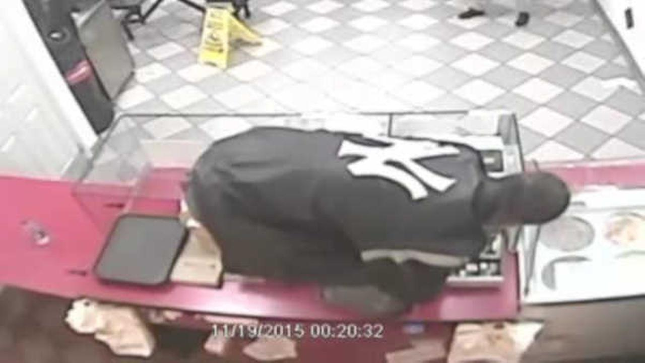 Search for robber who hopped counter, robbed fried chicken restaurant in the Bronx