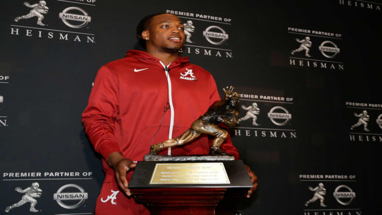 Alabamas Derrick Henry poses for photos with the Heisman Trophy, Friday, Dec. 11, 2015, in New York.