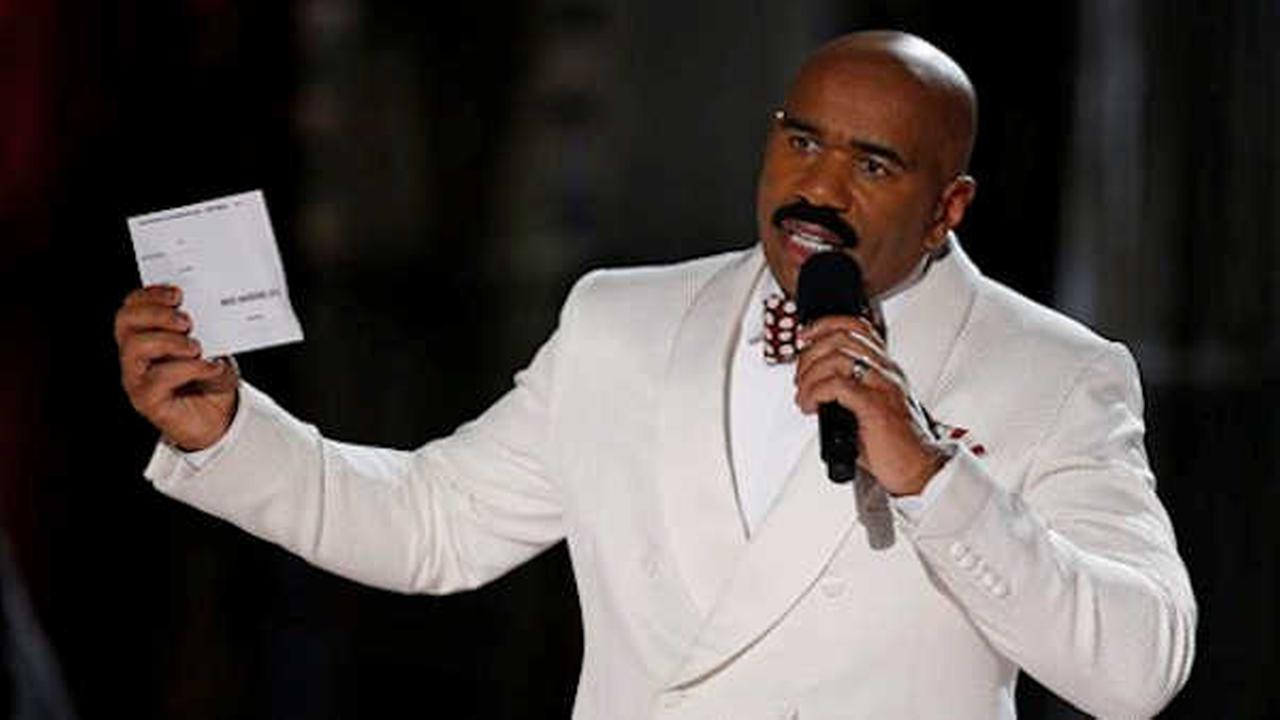 Steve Harvey holds up the card showing the winners after he incorrectly announced Miss Colombia Ariadna Gutierrez at the winner. (AP Photo/John Locher)