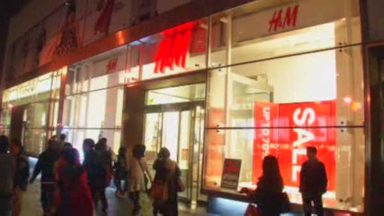 Armed robber holds up Upper East Side H+M store